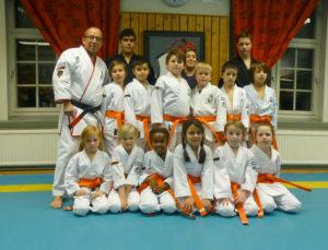 gruppbild barn orange
